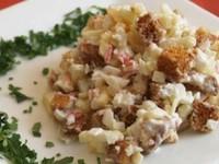 Салат из фасоли, сухариков и отварного мяса