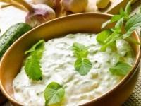 Сметанно-огуречный соус с зеленью